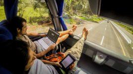 Viajar más por menos Nosotros viajando en autobus